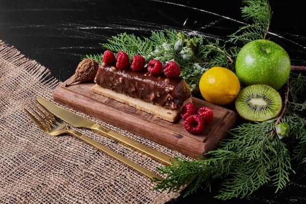 Schokoladenkuchen auf holzplatte.