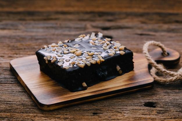 Schokoladenkuchen auf holztisch