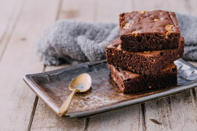 Schokoladenkuchen auf holztischhintergrund