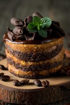 Schokoladenkuchen auf schwarzem brett