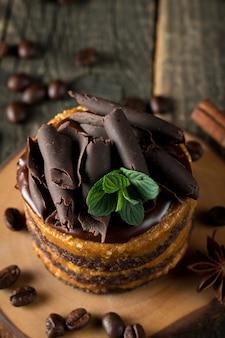 Schokoladenkuchen auf schwarzem brett.