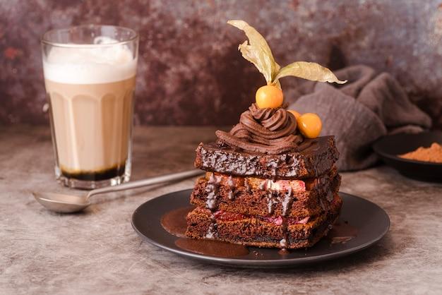 Schokoladenkuchen auf teller mit löffel und milch