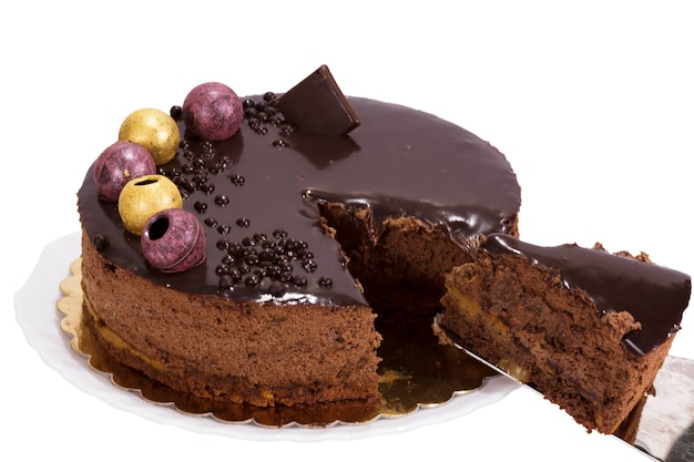 Schokoladenkuchen auf weißem hintergrund