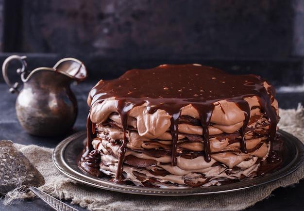 Schokoladenkuchen aus schokoladenpfannkuchen mit zuckerguss