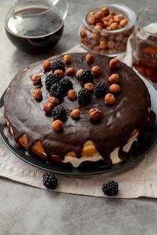 Schokoladenkuchen der hohen ansicht mit frischem kaffee