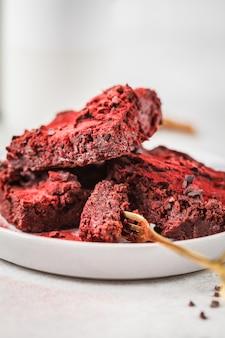 Schokoladenkuchen der roten rübe auf grauer platte. gesundes veganes essen.