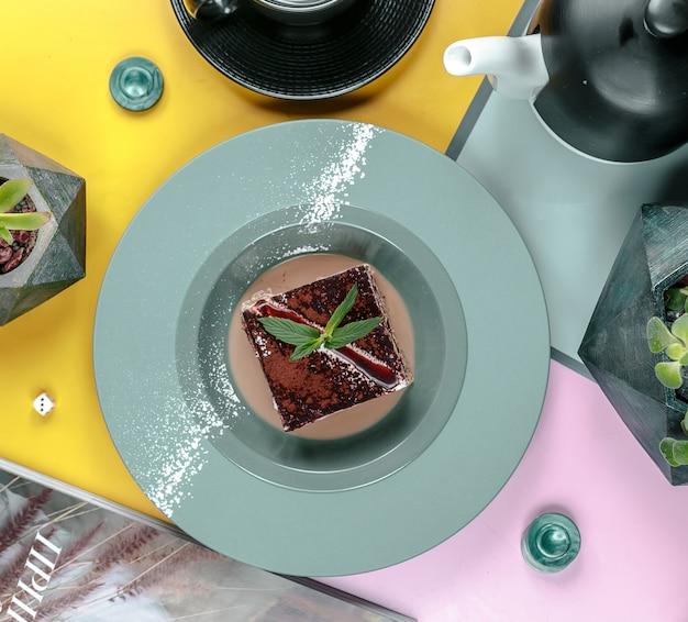 Schokoladenkuchen in der draufsicht der platte