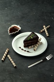 Schokoladenkuchen in der platte auf dem tisch