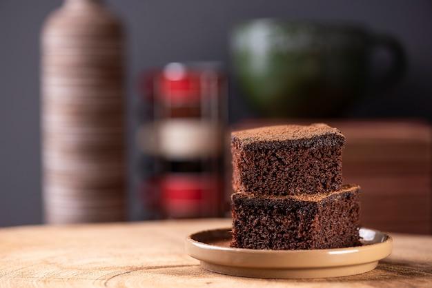 Schokoladenkuchen in stücken auf einem tisch hausgemachter kuchen