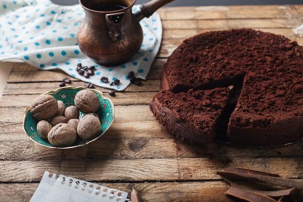 Schokoladenkuchen, kaffee und zimtstangen
