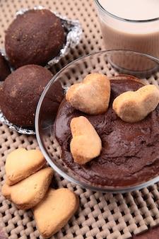 Schokoladenkuchen, kekse, kakao und schokoladencreme