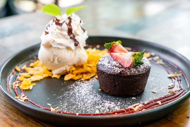 Schokoladenkuchen lava mit erdbeer-vanille-eis