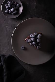 Schokoladenkuchen mit beeren in einem zurückhaltenden flatlay