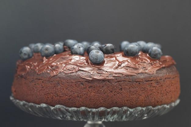 Schokoladenkuchen mit blaubeeren auf schwarzer oberfläche