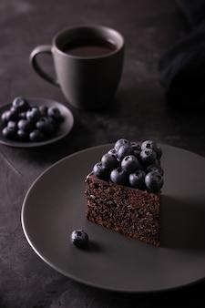 Schokoladenkuchen mit blaubeeren in einem zurückhaltenden