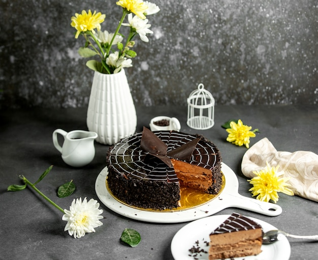 Schokoladenkuchen mit dunklem schokoladensirup an der spitze