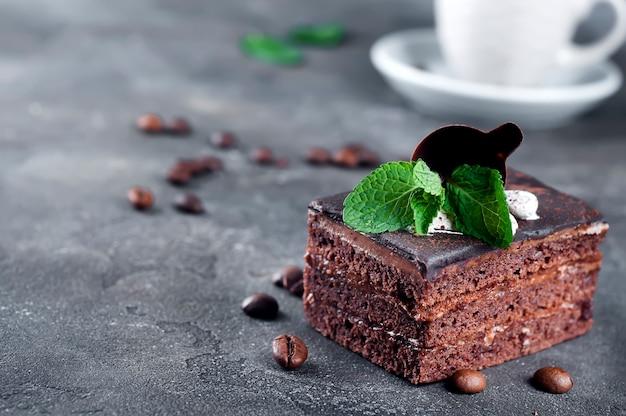 Schokoladenkuchen mit einem tasse kaffee
