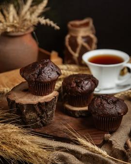 Schokoladenkuchen mit einer tasse schwarzen tee