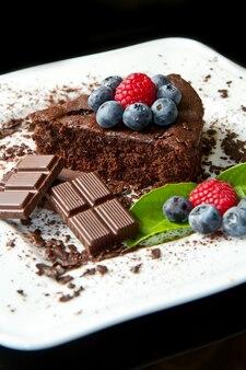 Schokoladenkuchen mit frischer beere