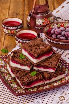 Schokoladenkuchen mit hüttenkäse und kirsche