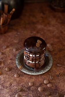 Schokoladenkuchen mit kaffeebohnen und schokoladenplätzchen