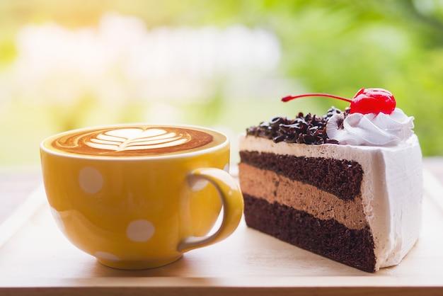 Schokoladenkuchen mit kaffeetasse