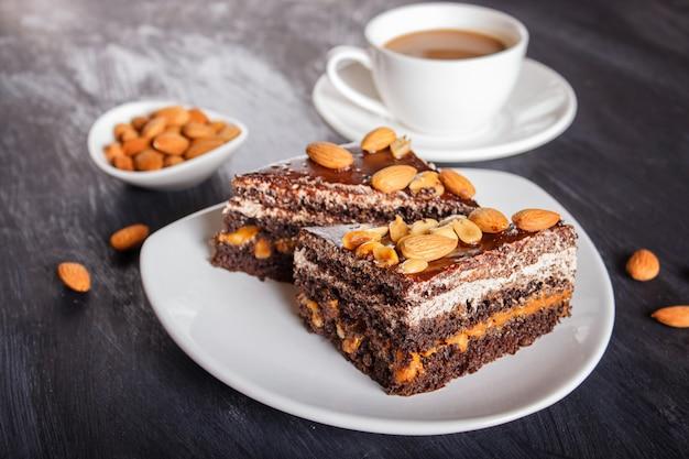 Schokoladenkuchen mit karamell, erdnüssen und mandeln