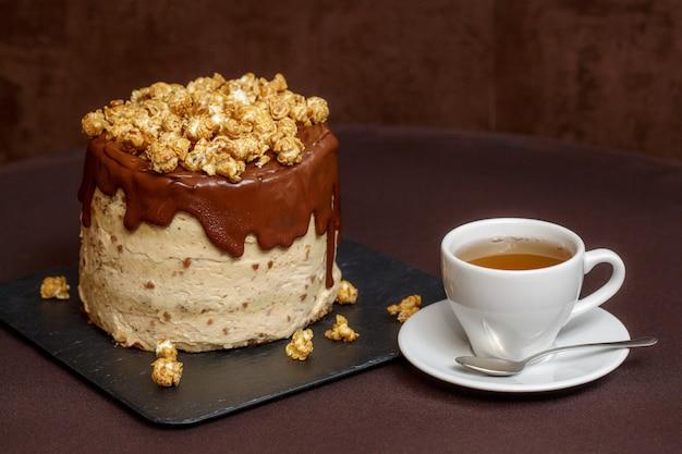 Schokoladenkuchen mit karamell und popcorn