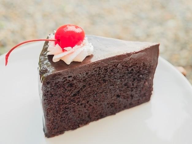Schokoladenkuchen mit kirsche an der spitze