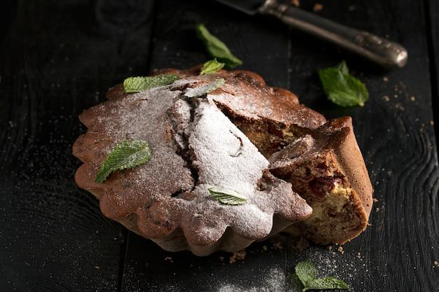 Schokoladenkuchen mit kirsche, bröckelige textur