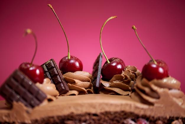 Schokoladenkuchen mit kirsche