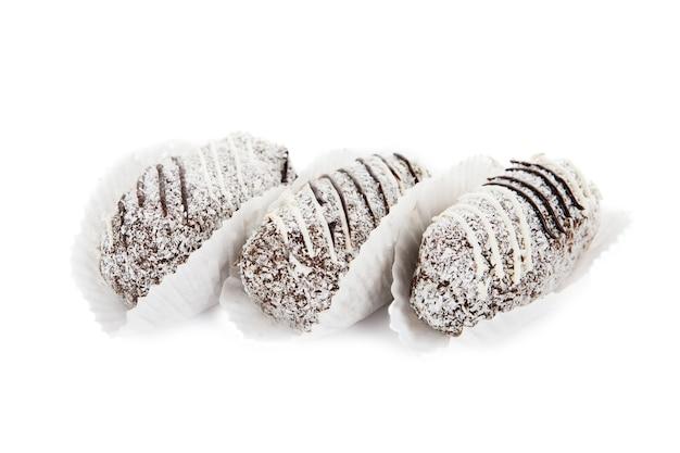 Schokoladenkuchen mit kokosnuss isoliert