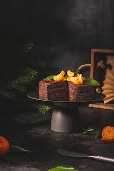 Schokoladenkuchen mit mandarinen in einem zurückhaltenden