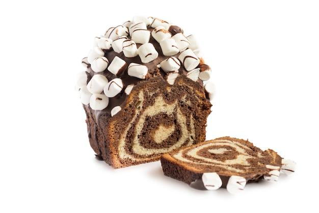 Schokoladenkuchen mit marshmallow lokalisiert auf weiß