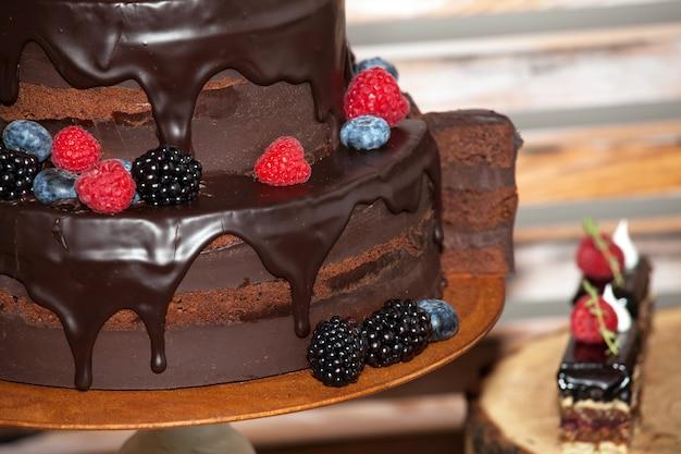 Schokoladenkuchen mit nahaufnahmeansicht der frischen beeren