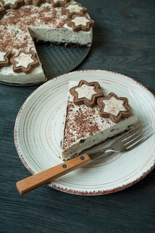 Schokoladenkuchen mit njnyuyv auf einem dunklen tisch. teeparty mit kuchen. esstisch. Premium Fotos