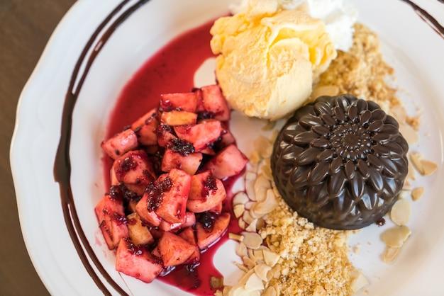 Schokoladenkuchen mit obst pfirsich, schwarze johannisbeere, heidelbeere, apfel