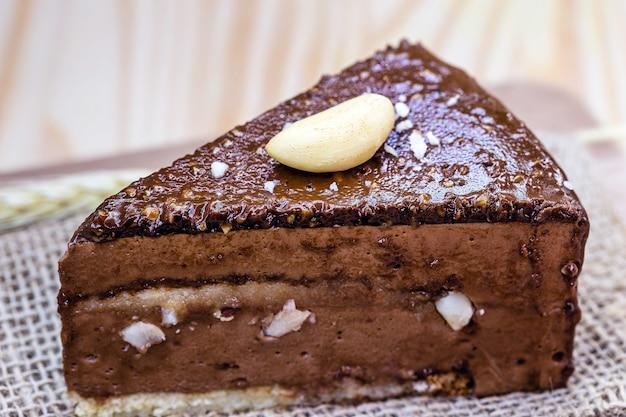 Schokoladenkuchen mit paranüssen, brasilianische nüsse, die in brasilianischen süßigkeiten verwendet werden