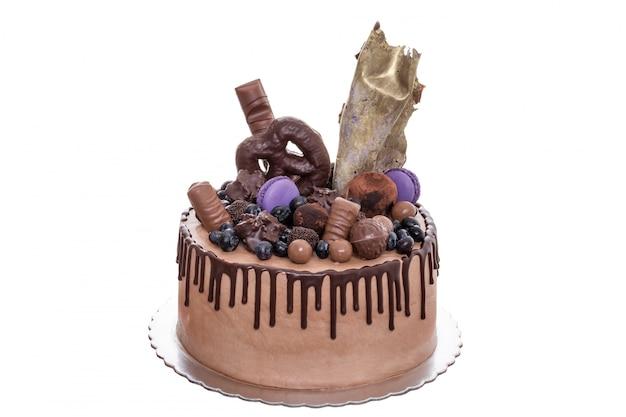 Schokoladenkuchen mit pralinen am tag der geburt. auf einem weißen hintergrund.