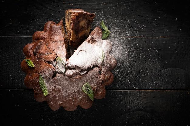 Schokoladenkuchen (mit puderzucker bestreut)