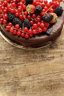 Schokoladenkuchen mit roter und schwarzer johannisbeere