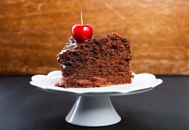 Schokoladenkuchen mit saftigen kirschen