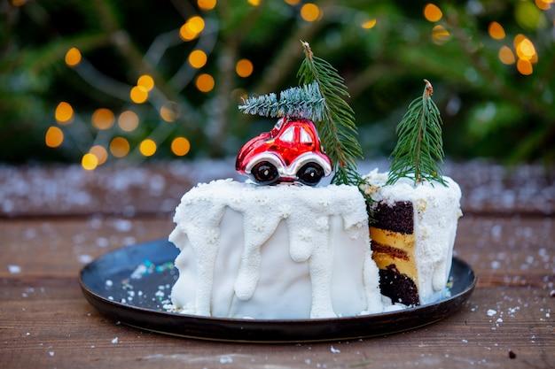 Schokoladenkuchen mit sahne auf holztisch mit fichte