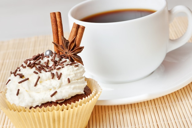 Schokoladenkuchen mit schlagsahne, dekoriertem anis und zimt