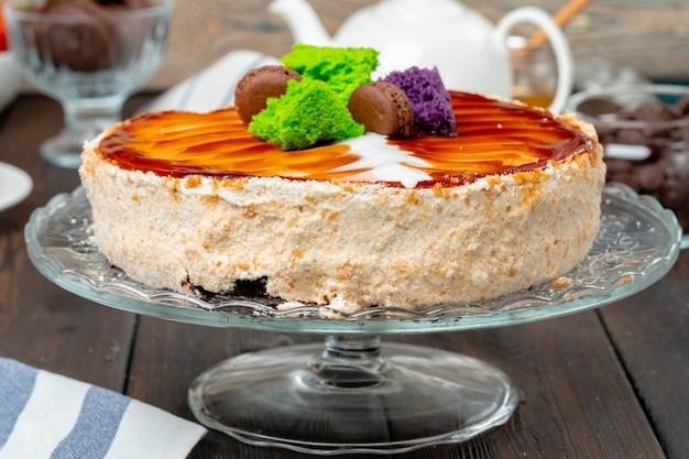 Schokoladenkuchen mit schlagsahnezuckerglasur auf platte