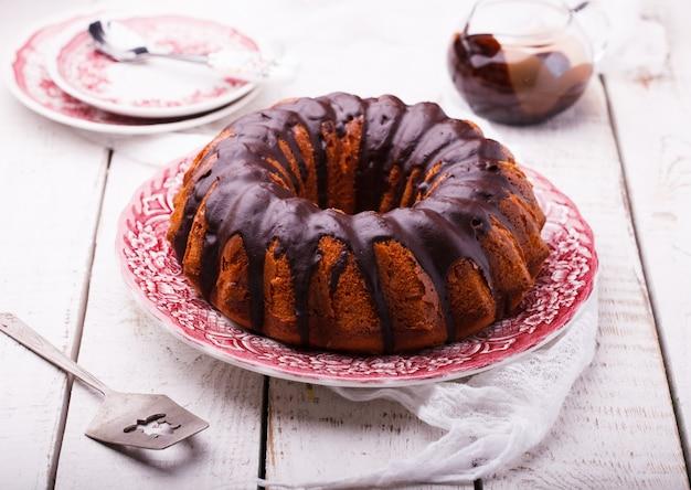 Schokoladenkuchen mit schokoladenglasur.