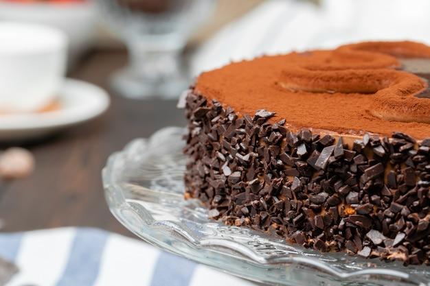 Schokoladenkuchen mit schokoladenpulver an der spitze