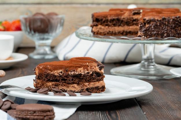 Schokoladenkuchen mit schokoladenpulver oben drauf