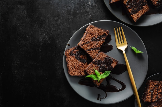 Schokoladenkuchen mit schokoladensauce serviert