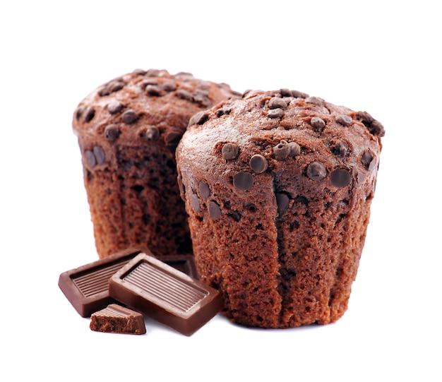 Schokoladenkuchen mit schokoladenstückchen lokalisiert auf weißem hintergrund. süße muffinnahaufnahme.